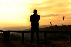 Silhouettez les hommes reculant sur le point de vue le soir Photographie stock libre de droits