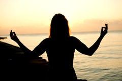 Silhouettez les mains vides ouvertes d'humain avec des paumes au-dessus du soleil Photographie stock