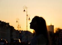 Silhouettez peu d'enfant dans la vieille ville en Europe au soleil Images stock
