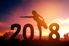 Silhouettieren Sie übendes neues Jahr des Yoga der jungen Frau 2018 Lizenzfreies Stockfoto