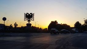 Silhouettieren Sie Adler unterzeichnen unter Sonnenunterganghimmel und Farbe des Lichtes Stockbilder