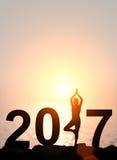 Silhouettieren Sie Asien-Frauenyoga in guten Rutsch ins Neue Jahr tex 2017 stockfotografie