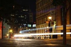 Silhouettieren Sie Autos mit rotem Rücklicht und Ampeln in Montreal Stockfotos