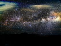 silhouettieren Sie Berg und verwischen Sie Milchstraßegalaxie in der Nacht Lizenzfreie Stockfotografie