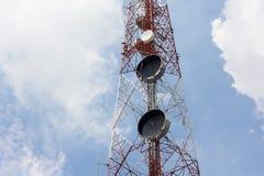 Silhouettieren Sie Bild des Fernsehturms im frühen Morgen Lizenzfreie Stockfotografie