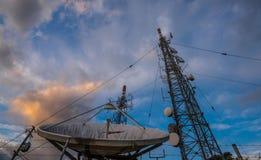 Silhouettieren Sie Bild des Fernsehturms im frühen Morgen Stockfoto