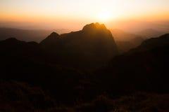 Silhouettieren Sie Bild von Bergen landschaftlich gestalten zur Sonnenuntergangzeit Stockfotografie