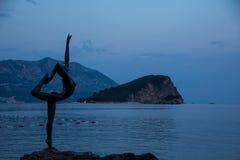 Silhouettieren Sie Bronzestatue einer Ballerina, Seeansicht Budva, Montenegro Stockbilder