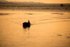 Silhouettieren Sie das Fischerboot Stockbild