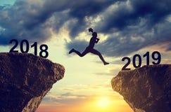Silhouettieren Sie das Mädchen springen zum neuen Jahr 2019 Lizenzfreies Stockfoto