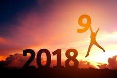 Silhouettieren Sie den jungen Mann, der für 2019 neues Jahr glücklich ist Lizenzfreies Stockbild