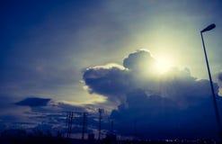 Silhouettieren Sie die Art und der Sonne oben betrachten, die am Abend an der Landstraße gesprengt wird lizenzfreies stockfoto