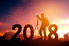 Silhouettieren Sie die junge Fotografie, die für 2018 neues Jahr glücklich ist Lizenzfreie Stockfotografie