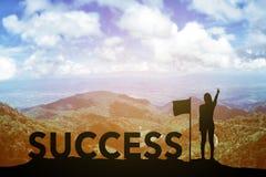 Silhouettieren Sie die junge Frau, die oben ihre Hand über Siegerkonzept bei 2017 über einer schönen Ansicht des Berges steht und Lizenzfreies Stockbild