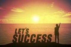 Silhouettieren Sie die junge Frau, die oben ihren Finger über kämpfendes Konzept auf Erfolgstext steht und anhebt Lizenzfreie Stockbilder