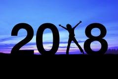 Silhouettieren Sie die junge Frau, die für 2018 neues Jahr glücklich ist Lizenzfreie Stockbilder