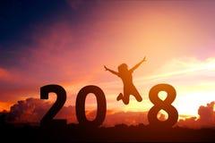 Silhouettieren Sie die junge Frau, die zu 2018 neuem Jahr springt Lizenzfreies Stockfoto