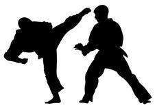 Silhouettieren Sie die Karateathleten und ein Trainingsmatch leiten Stockfotografie