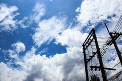Silhouettieren Sie elektrischen Pfosten mit blauem Himmel und bewölkt Hintergrund Kopieren Sie Platz Lizenzfreies Stockbild