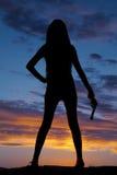 Silhouettieren Sie Frau mit einem Gewehr in ihrer Hand Lizenzfreie Stockbilder
