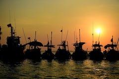 Silhouettieren Sie lokales Boot mit Sonnenuntergang an pangnga provience, Thailand Lizenzfreies Stockfoto