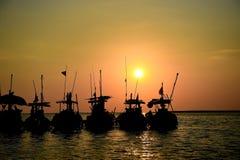 Silhouettieren Sie lokales Boot mit Sonnenuntergang an pangnga provience, Thailand Stockbild