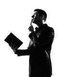 Silhouettieren Sie Mann mit dem nachdenklichen Denken der Anmerkungsauflage Lizenzfreie Stockfotos