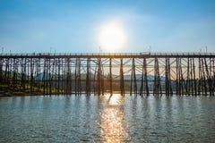 Silhouettieren Sie Montag-Brücke in Bezirk Sangkhla Buri kanchanaburi tha lizenzfreie stockbilder