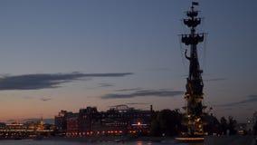 Silhouettieren Sie a-Monument zu Peter der Große in Moskau stock video footage