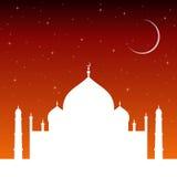 Silhouettieren Sie Moschee bei Sonnenuntergang mit Sternen und dem sichelförmigen Mond Islamreligionsarchitektur Stockfotos