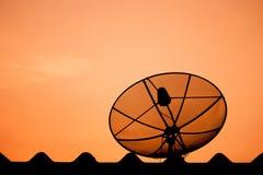 Silhouettieren Sie Satellitenschüssel Lizenzfreie Stockfotografie