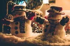 Silhouettieren Sie Schneemann mit der Verzierung, dem vorhandenen Geschenk, Wartezeit Santa Claus in den frohen Weihnachten und g Stockbild