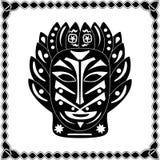 Silhouettieren Sie schwarz-weißen Maskenmedizinmann Native American oder afrikanischen tr Stockfotografie