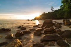 Silhouettieren Sie Sonnenunterganghimmel an Pattaya-Strand in Koh Lipe Island Lizenzfreie Stockfotografie