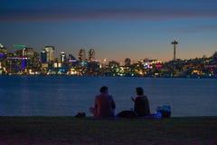 Silhouettiert Haben eines Picknicks in der Stadt stockfoto
