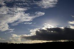 Silhouettierte ländliche Szene an der Dämmerung stockfotografie