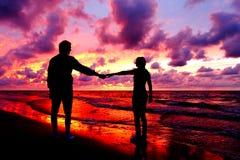 Silhouettierte liebevolle Paare Lizenzfreie Stockfotografie