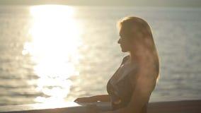 Silhouettierte Paare halten sich und küssen auf dem Strand Datum an der Seeseite stock footage