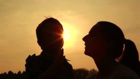silhouettierte Umarmungen und Liebe stock footage