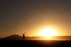 Silhouettierter Mann bei dem Sonnenuntergang Stockfoto