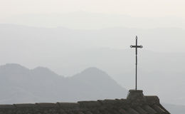 Silhouettiertes Kreuz auf Dachspitze Stockbilder