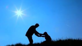 Silhouettiertes Vater- und Sohnspielen stock video footage