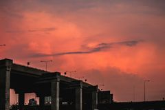 Silhouettijd naar huis te gaan uitdrukkelijke manierbrug op oranje hemel in schemering Stock Afbeelding