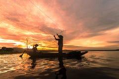 Silhouetvisser Fishing door Netto op de boot te gebruiken in ochtend in het concept van Thailand, van de Aard en van de cultuur stock fotografie