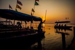 Silhouetvisser op de zonsondergang. Royalty-vrije Stock Afbeelding