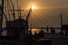 Silhouetvissers en vissersboot Stock Foto