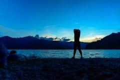 Silhouetvrouw die op reservoir uitoefenen Royalty-vrije Stock Afbeeldingen