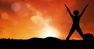 Silhouetvrouw die tegen hemel tijdens zonsondergang uitoefenen royalty-vrije stock fotografie