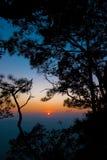 Silhouetzonsondergang op de berg bij het Nationale Park van Phukradueng stock foto's