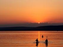 Silhoulette de la puesta del sol Imagenes de archivo